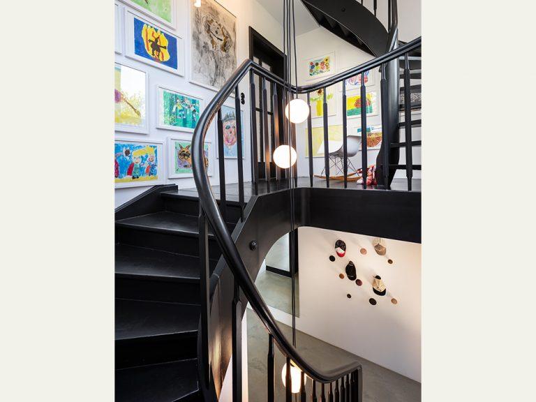 Haus G in Stuttgart, Treppenhaus mit Dekorleuchten